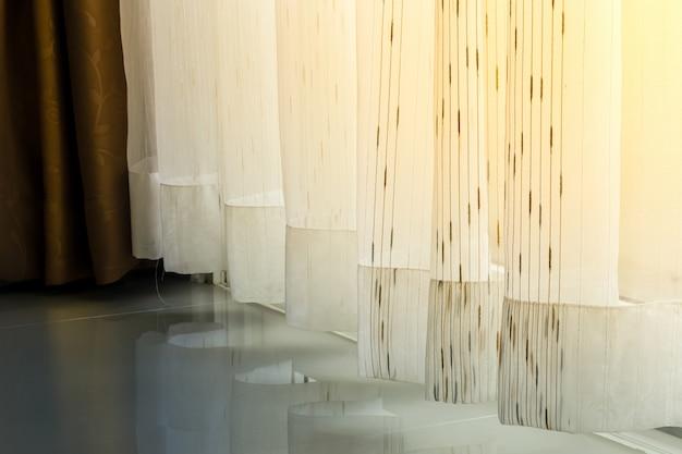 Poranne światło świeci Przez Zasłony Okien I Drzwi Premium Zdjęcia