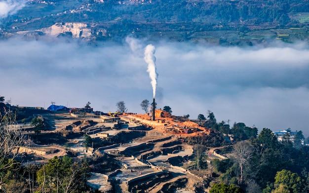 Poranny Widok Fasadowej Kominowej Cegły W Katmandu W Nepalu, Premium Zdjęcia