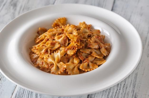 Porcja Farfalle Z Suszonym Na Słońcu Pesto Pomidorowym Premium Zdjęcia