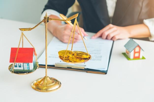 Porównanie house i crypto bitcoin na skali salda złota Premium Zdjęcia