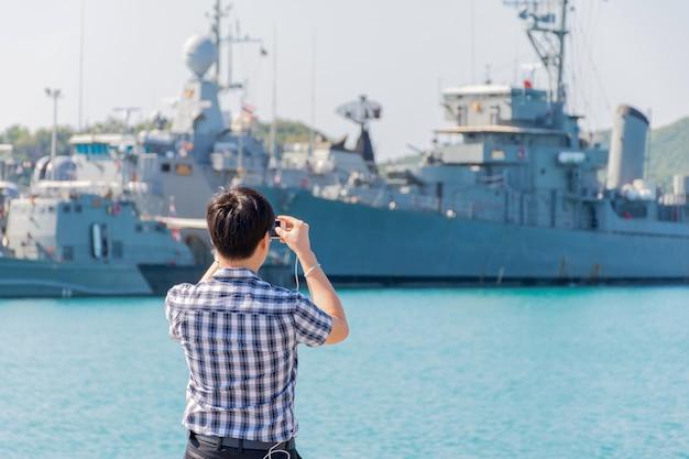 Port Marynarki Wojennej I Okręt Wojenny Lub Pancernik W Porcie Marynarki Wojennej Premium Zdjęcia