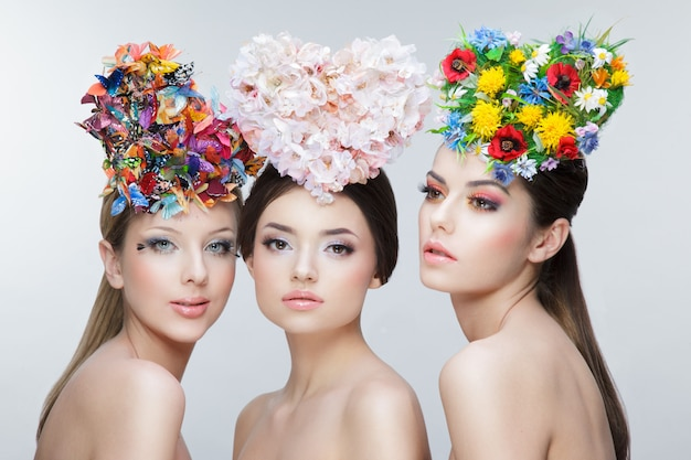 Portret 3 Młodych Dziewcząt Z Wieńcami Kwiatów Premium Zdjęcia