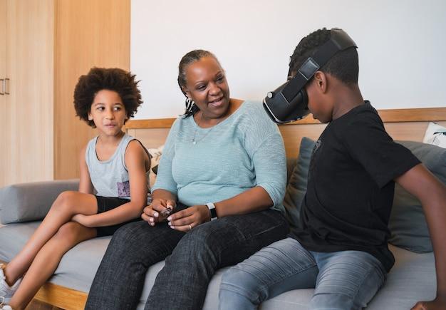 Portret Afroamerykańskiej Babci I Wnuków Grających Razem Z Okularami Vr W Domu. Koncepcja Rodziny I Technologii. Darmowe Zdjęcia