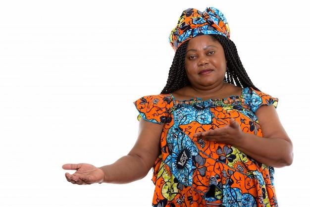 Portret Afrykańskiej Kobiety Pokazując Stronę Premium Zdjęcia