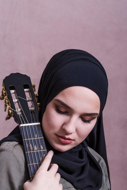 Portret arabska kobieta z gitarą Darmowe Zdjęcia