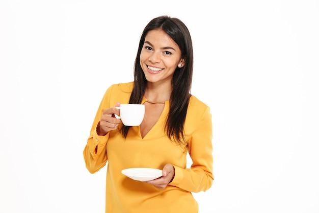 Portret Atrakcyjna Młoda Kobieta Trzyma Herbacianą Filiżankę Darmowe Zdjęcia
