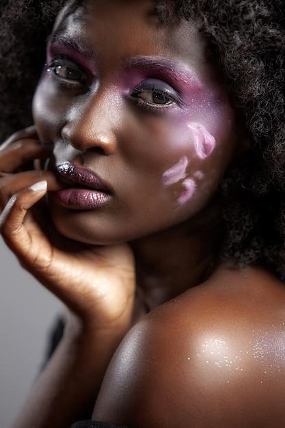 Portret Atrakcyjnej Afroamerykanki Z Pięknym Makijażem I Ciemnymi Włosami Darmowe Zdjęcia