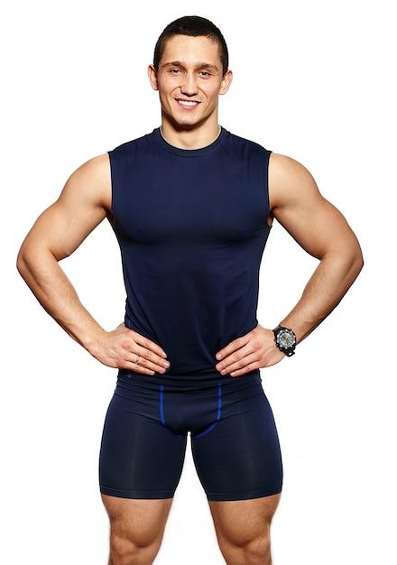 Portret Atrakcyjny Fitness Zdrowy Uśmiechnięty Szczęśliwy Wesoły Człowiek W Odzieży Sportowej Na Białym Tle Darmowe Zdjęcia