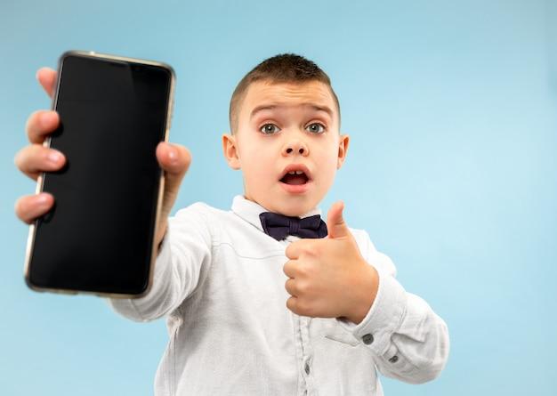 Portret Atrakcyjny Młody Chłopak Trzymając Pusty Smartfon Darmowe Zdjęcia
