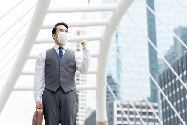 Portret Azjatyckiego Biznesmena Noszenia Ochronnej Maski Na Twarz Do Ochrony Podczas Kwarantanny Darmowe Zdjęcia
