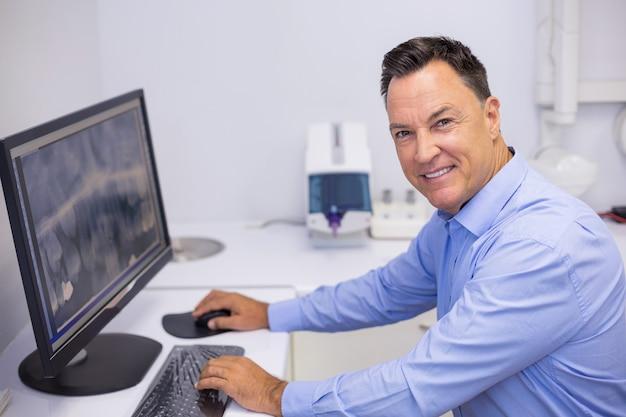 Portret Bada Rentgenowski Raport Na Komputerze Szczęśliwy Dentysta Premium Zdjęcia