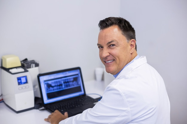 Portret Bada Rentgenowski Raport Na Laptopie Szczęśliwy Dentysta Premium Zdjęcia