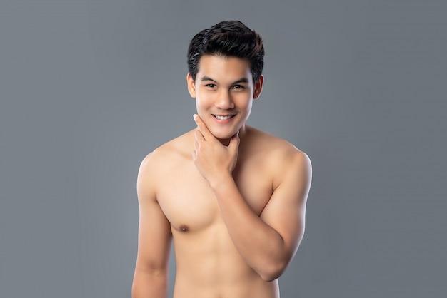 Portret bez koszuli uśmiechnięty przystojny mężczyzna azji Premium Zdjęcia
