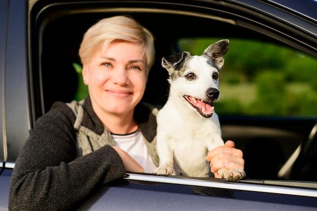 Portret Bierze Jej Psa Dla Przejażdżki Kobieta Darmowe Zdjęcia