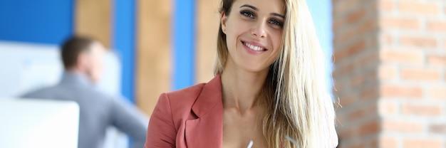 Portret Biuro Blondynka Bizneswoman. Koncepcja Edukacji Biznesowej, Premium Zdjęcia