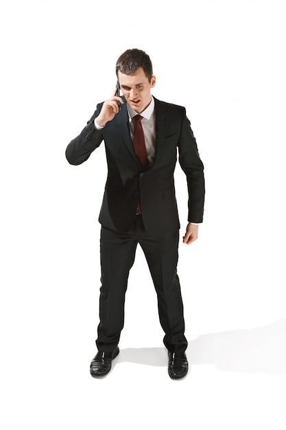 Portret Biznesmen Z Bardzo Poważną Twarzą I Rozmawia Przez Telefon Darmowe Zdjęcia