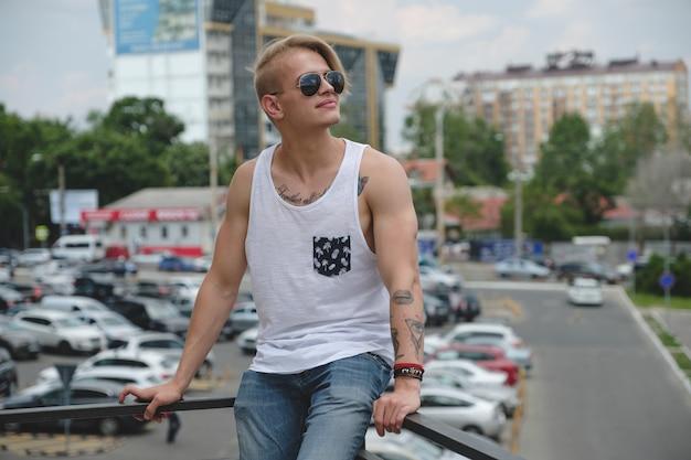 Portret Blond Hipster Chłopiec Z Tatuażami I Stylowe Włosy Darmowe Zdjęcia