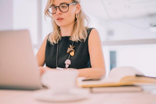 Portret Blondynka Młody Bizneswoman Patrzeje Laptop W Biurze Darmowe Zdjęcia