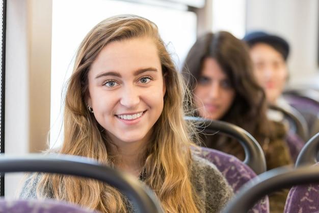 Portret Blondynki Kobieta Na Autobusie Premium Zdjęcia