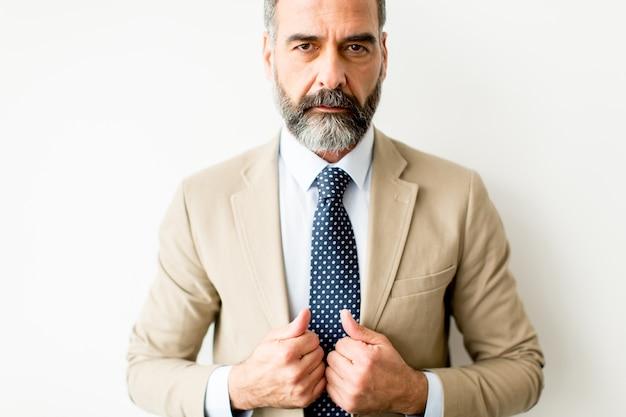 Portret brodatego biznesmena w średnim wieku Premium Zdjęcia