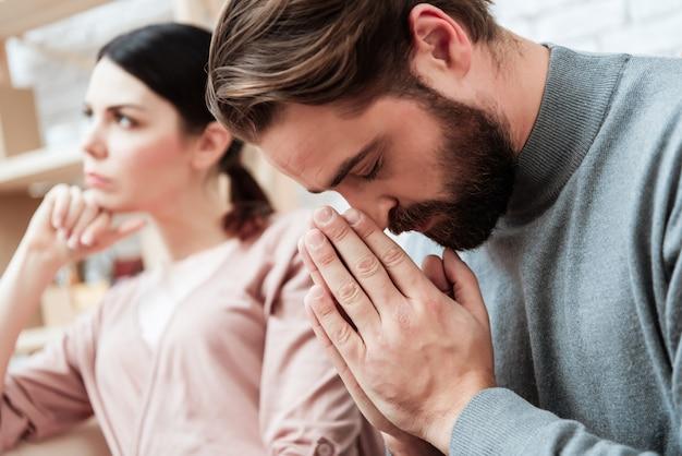 Portret brodaty mężczyzna modli się zamazana kobieta salowa Premium Zdjęcia