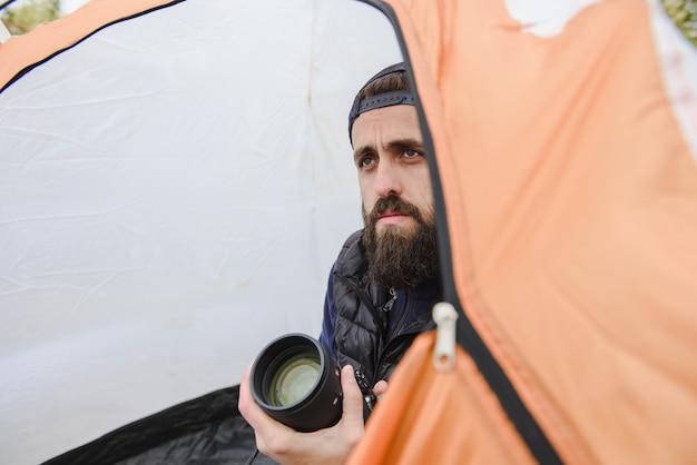 Portret Brodaty Mężczyzna Z Kamerą Premium Zdjęcia