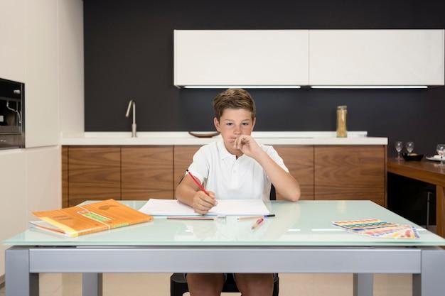 Portret Chłopca Robi Swoje Zadanie Domowe Darmowe Zdjęcia