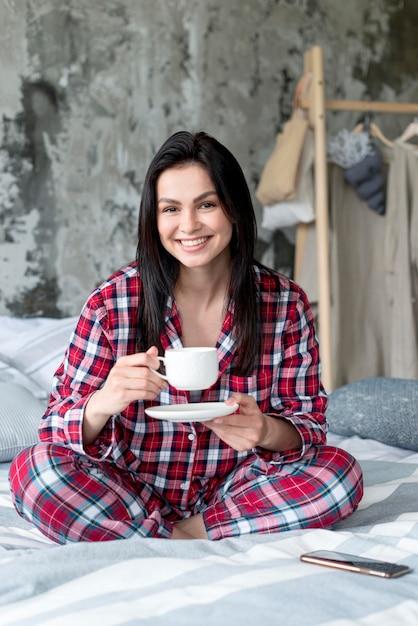 Portret Cieszy Się Ranek W łóżku Młoda Kobieta Darmowe Zdjęcia