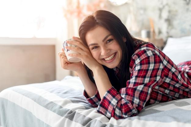Portret Cieszy Się Ranek W łóżku Uśmiechnięta Kobieta Darmowe Zdjęcia