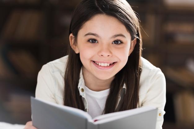 Portret Cute Girl Uśmiecha Się Darmowe Zdjęcia