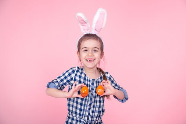 Portret Cute Little Girl Z Pisanek Na Różowym Tle. Darmowe Zdjęcia