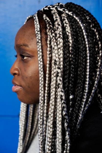 Portret Czarna Kobieta Z Dreadlocks Włosy Darmowe Zdjęcia