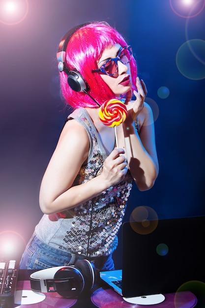 Portret Dj Słuchawki Winyl Dysku Dysk Cukierki Gra Sprzęt Dyskoteka Dziewczyna Party Retro Vintage Różowy Czerwony Mikser Biurko Glamour Okulary Młoda Kobieta Słodycze Premium Zdjęcia