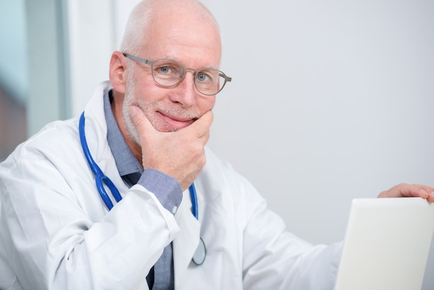 Portret dojrzały lekarz medycyny z stetoskopem Premium Zdjęcia