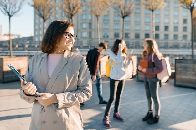 Portret Dojrzały Uśmiechnięty żeński Nauczyciel W Szkłach Premium Zdjęcia