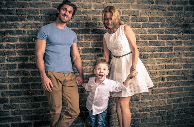 Portret Domu Rodzinnego. Rodzice I Syn Wspólnie Spędzają Czas Premium Zdjęcia