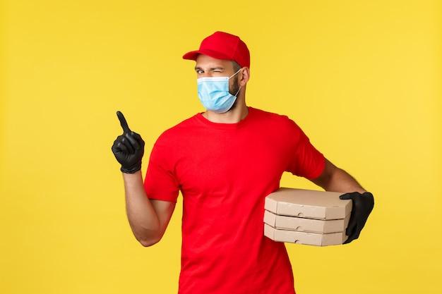 Portret Doręczeniowy Mężczyzna Z Twarzy Maską I Pizz Pudełkami Premium Zdjęcia