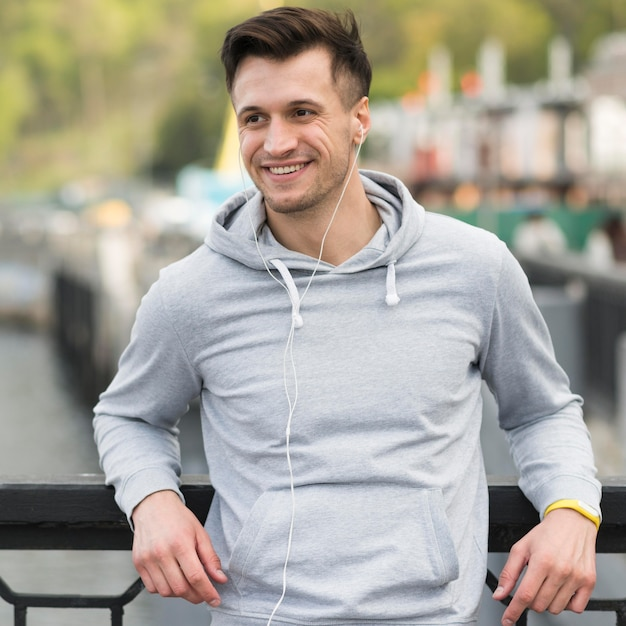 Portret Dorosłego Mężczyzna Ono Uśmiecha Się Darmowe Zdjęcia