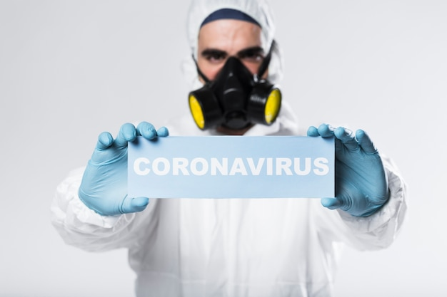 Portret Dorosłego Z Twarzy Maski Gospodarstwa Znak Koronawirusa Darmowe Zdjęcia