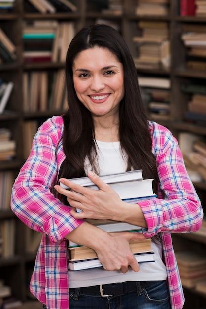 Portret Dorosłej Kobiety Mienia Stos Książki Darmowe Zdjęcia