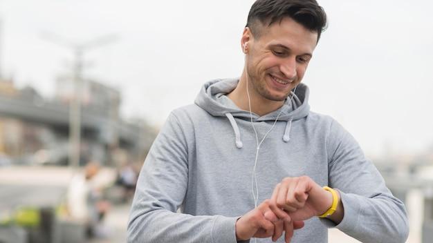 Portret Dorosły Mężczyzna Przygotowywa Dla Jogging Darmowe Zdjęcia