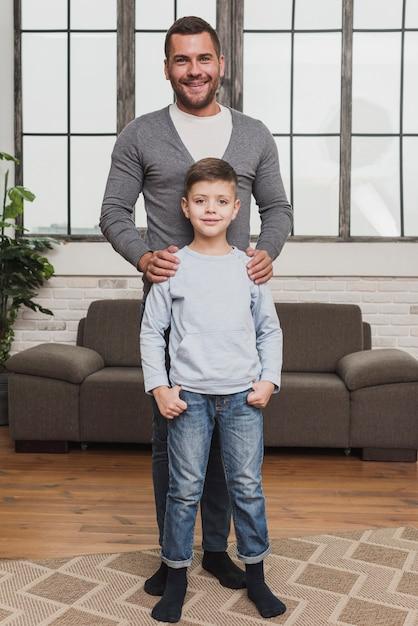 Portret Dumny Ojciec Z Synem Darmowe Zdjęcia
