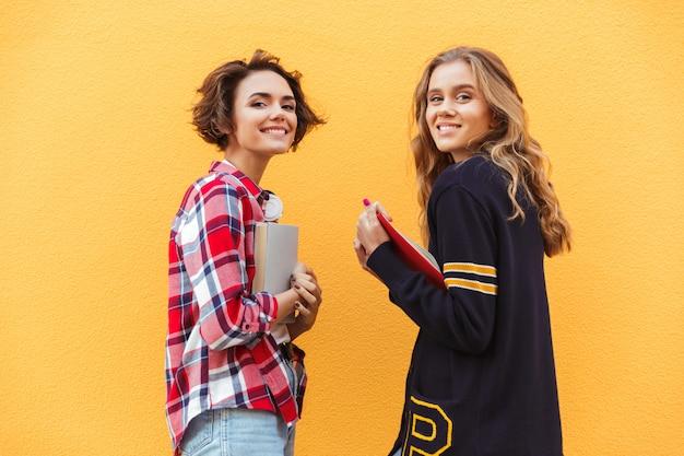 Portret Dwa ładnej Nastoletniej Dziewczyny Z Książkami Darmowe Zdjęcia