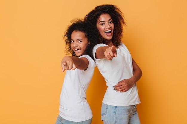 Portret Dwa Uśmiechniętej Afrykańskiej Siostry Stoi Z Powrotem Popierać Darmowe Zdjęcia