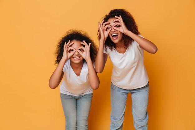 Portret Dwa Uśmiechniętej Afrykańskiej Siostry Darmowe Zdjęcia
