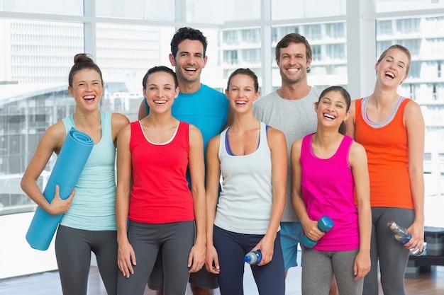 Portret Dysponowani Ludzie Ono Uśmiecha Się W ćwiczenie Pokoju Premium Zdjęcia
