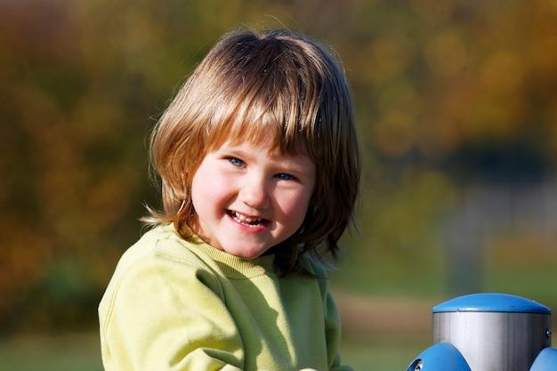 Portret Dziecka Bawić Się Na Kolorowym Boisku Darmowe Zdjęcia