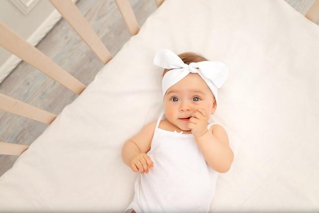 Portret Dziecka W Białym łóżeczku Premium Zdjęcia
