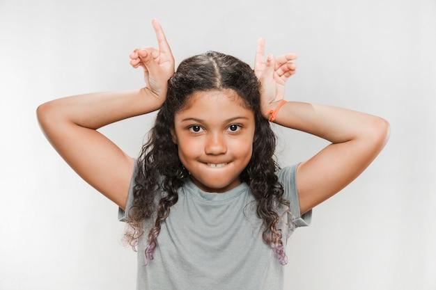 Portret Dziewczyna Robi Róg Gestowi Darmowe Zdjęcia
