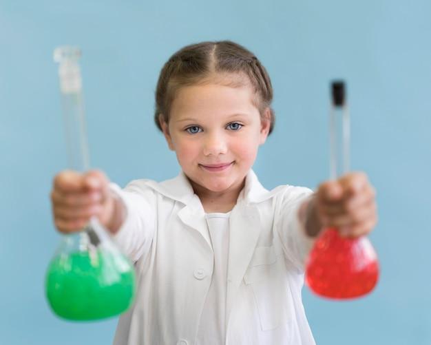 Portret Dziewczyna Z Naukowymi Tubkami Darmowe Zdjęcia